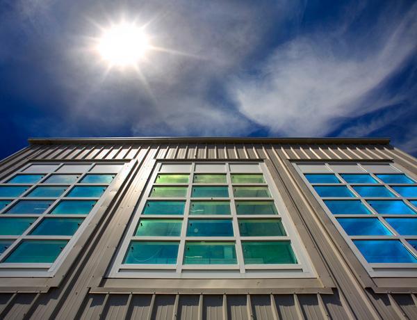تصویری از شیشه های منعکس کننده گرما